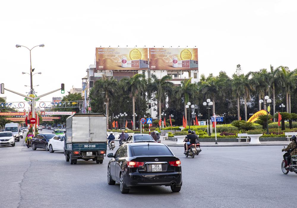 Biển quảng cáo trên các tòa nhà cao tầng tại ngã tư vô cùng hút mắt