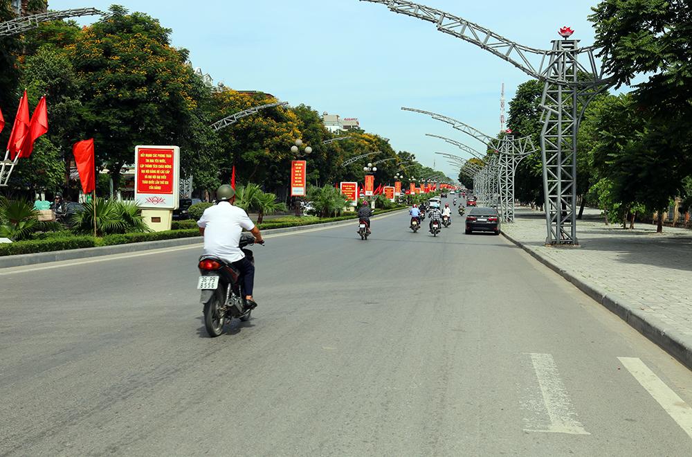 Quảng cáo biển hộp đèn trên giải phân cách tuyến đường Đại Lộ Lê Lợi