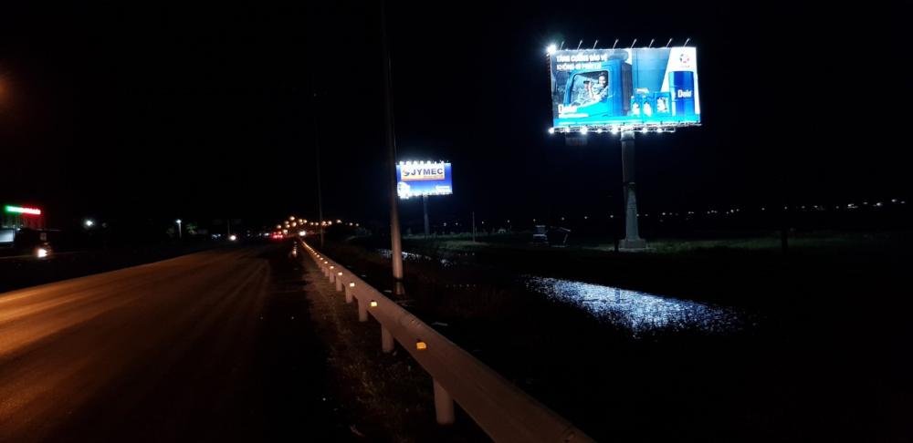 Một hình ảnh pano quảng cáo ngoài trời vào ban đêm