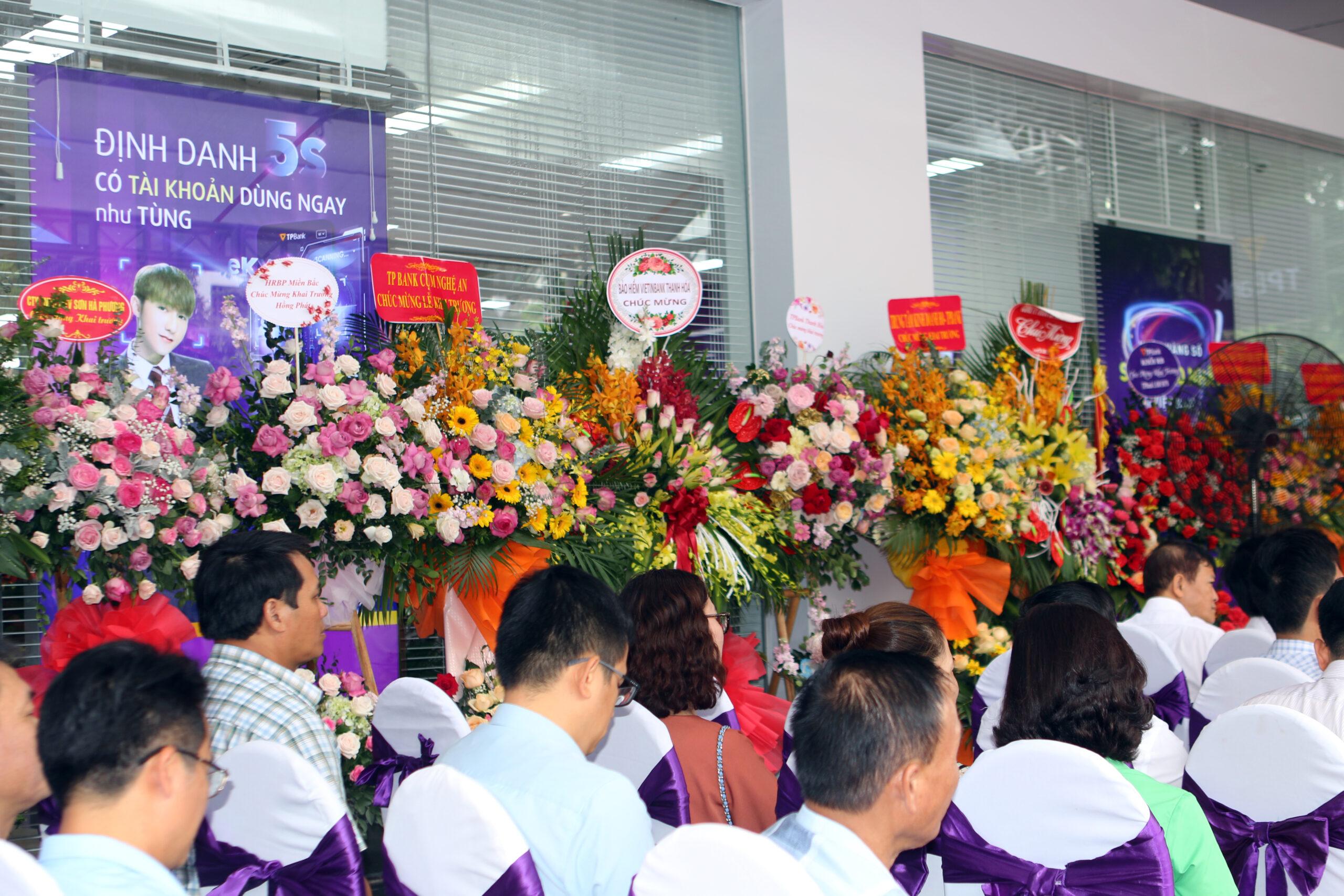 Lẵng hoa tặng của các đơn vị khách mời