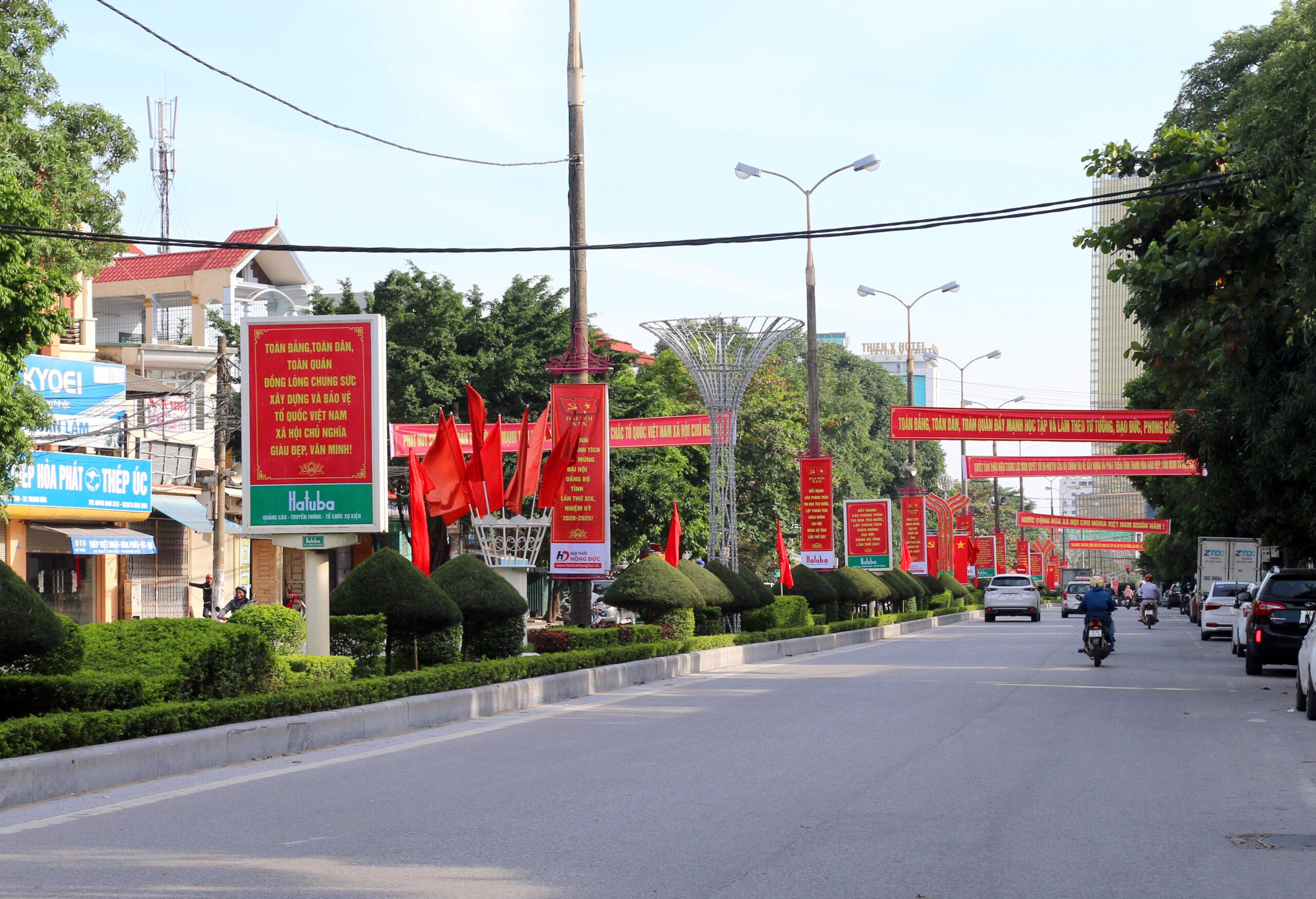 Tuyến đường Trần Phú rực rỡ cờ đỏ, hồng kỳ và băng zôn, khẩu biểu tuyên truyền đại hội.