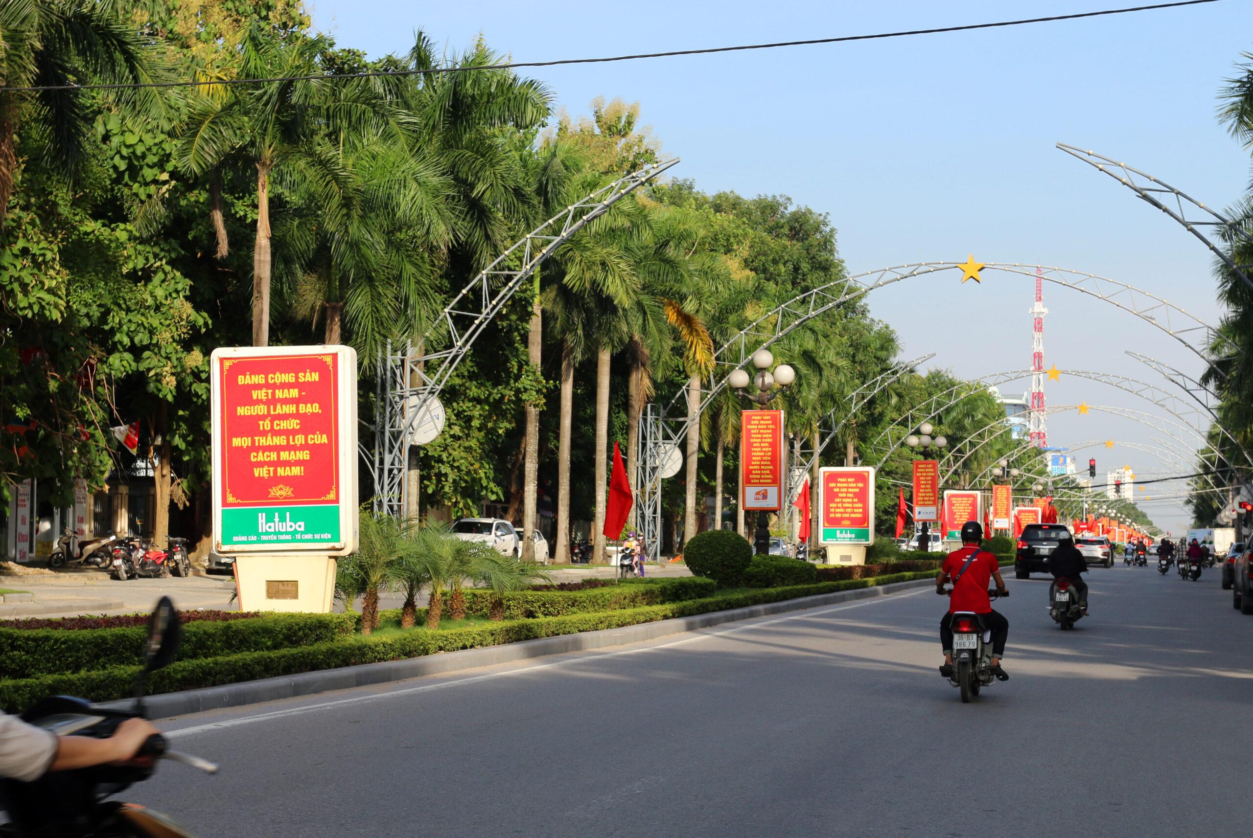 Đại lộ Lê Lợi rực rỡ trong sắc đỏ cờ và khẩu hiệu