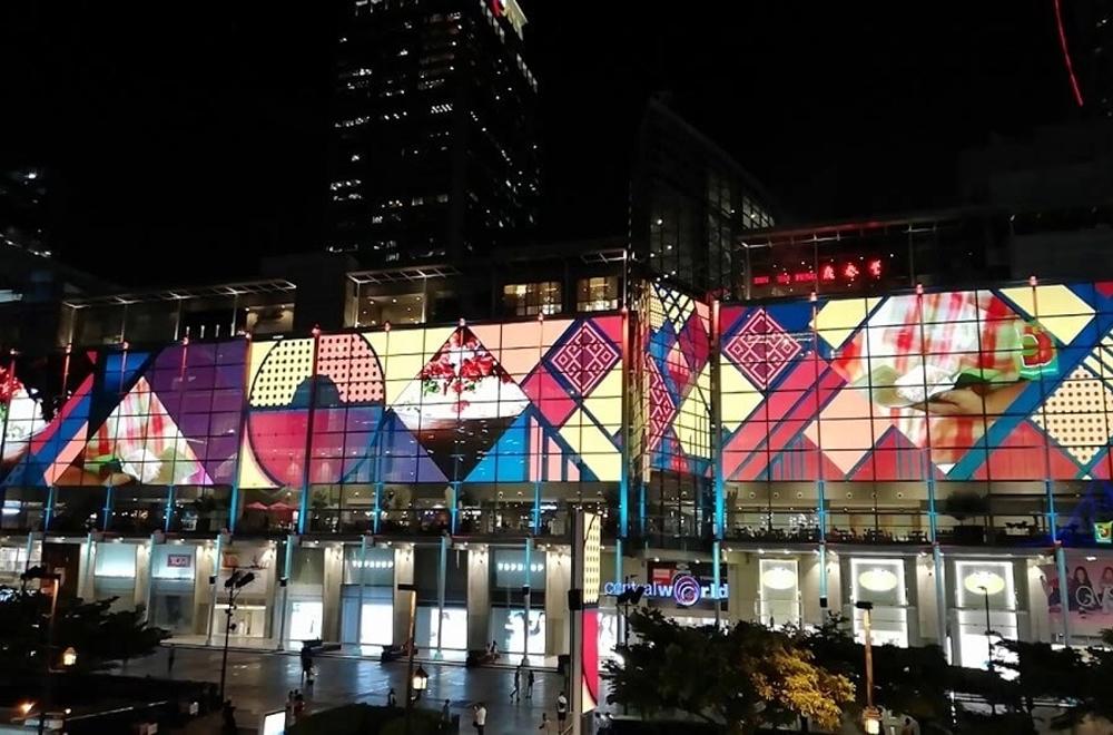 Màn hình LED kéo dài suốt chiều dọc của Central World.