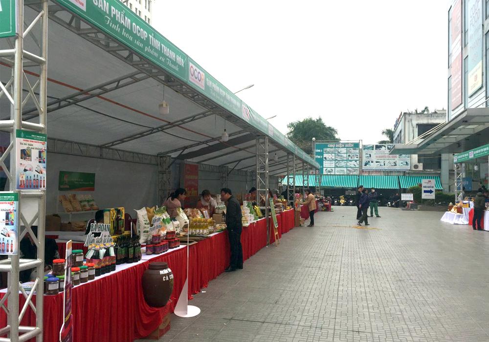 Sản phẩm OCOP thuộc nhiều lĩnh vực được giới thiệu và bày bán.