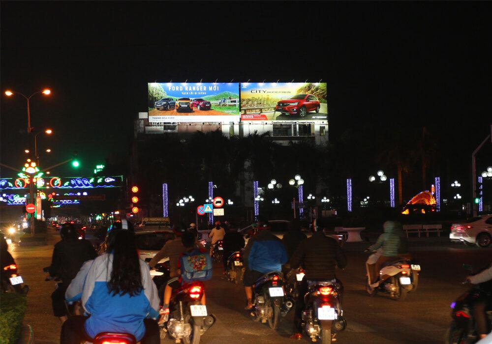 Vị trí biển quảng cáo gần ngã tư đèn đỏ