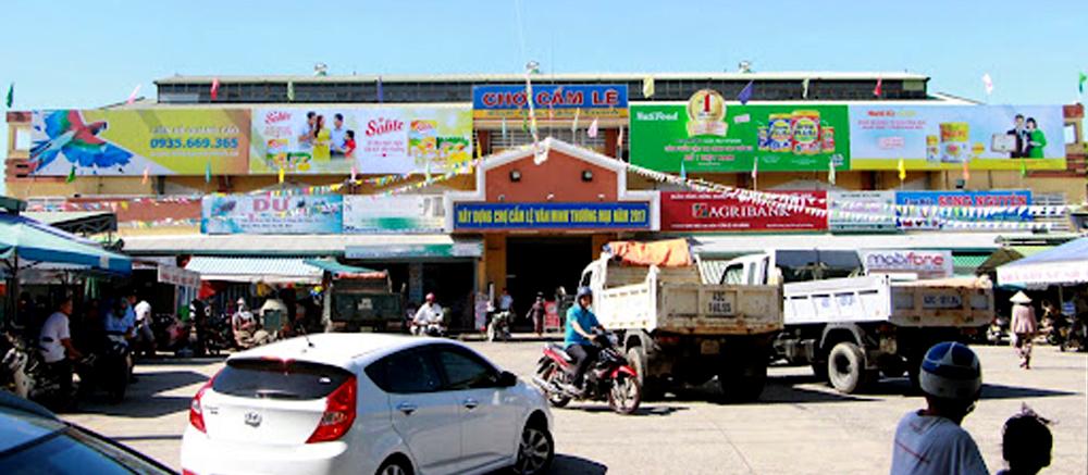 Biển quảng cáo ngay tại cổng chợ.