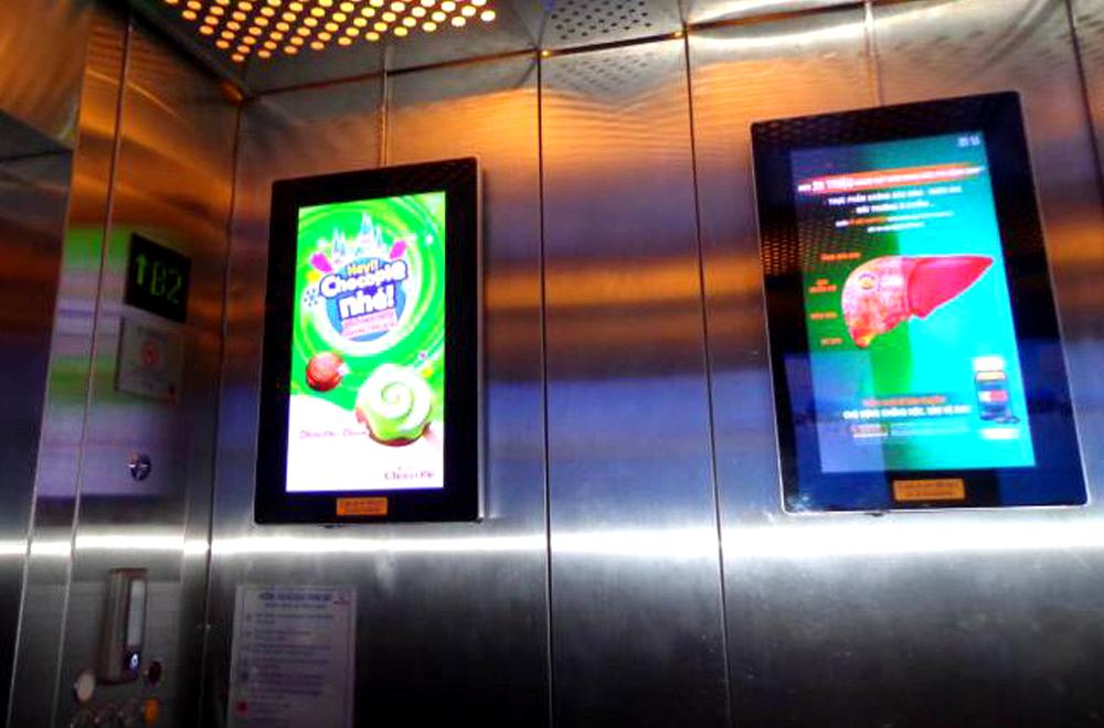 Hình thức quảng cáo màn hình Lcd treo tường trong thang máy.